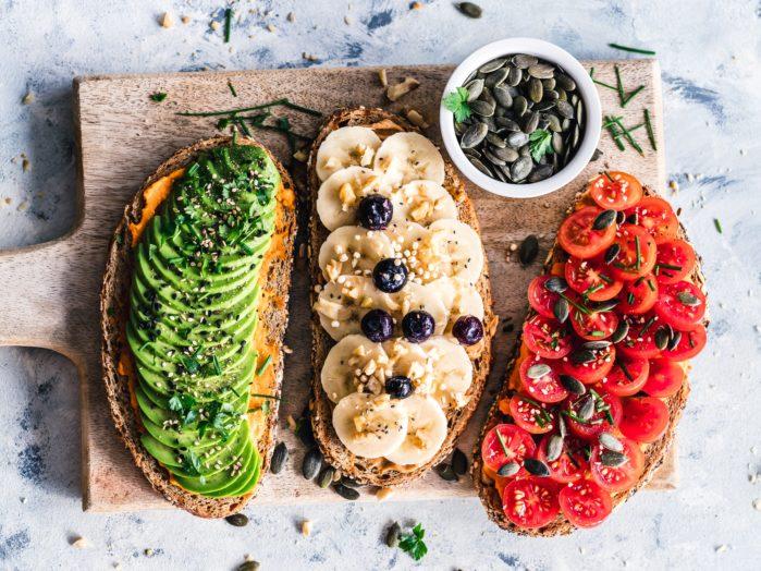 crostini con avocado.- Foto di Ella Olsson su Unsplash